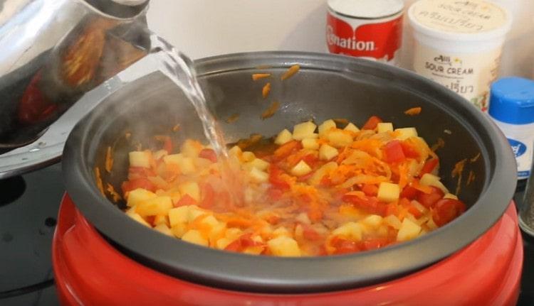 Заливаем овощи кипятком.