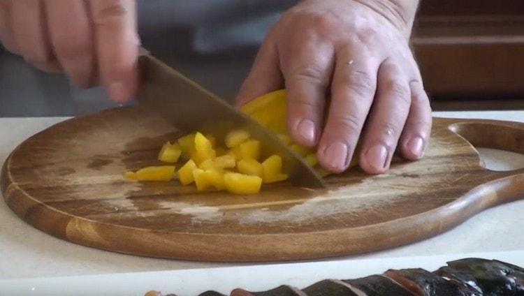 Режем кубиком болгарский перец.