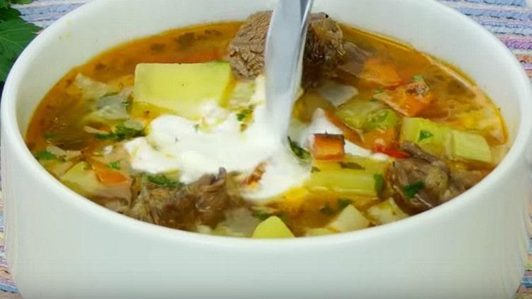 Такой вкусный овощной суп на говяжьем бульоне можно подавать со сметаной.