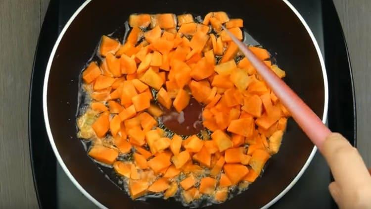 Морковь режем ломтиками и выкладываем пассероваться на сковороду.