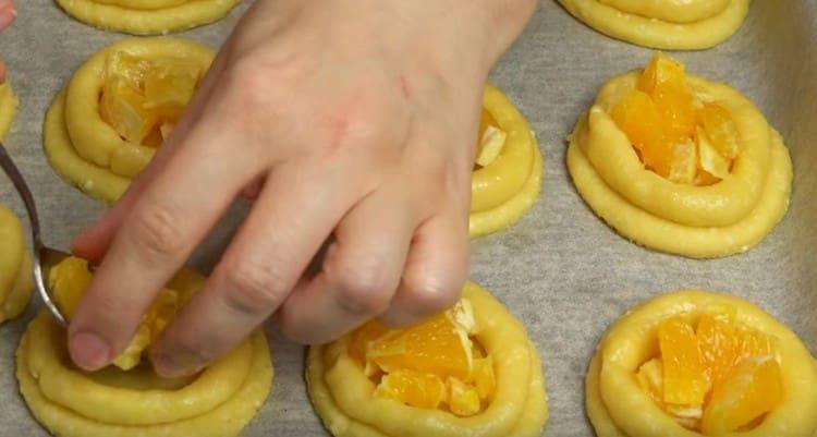 В каждую получившуюся корзиночку выкладываем кусочки апельсина.
