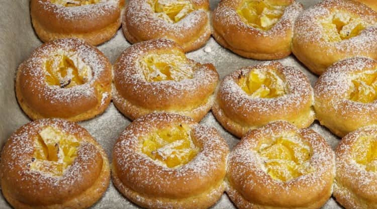Перед подачей творожное печенье можно посыпать сахарной пудрой.