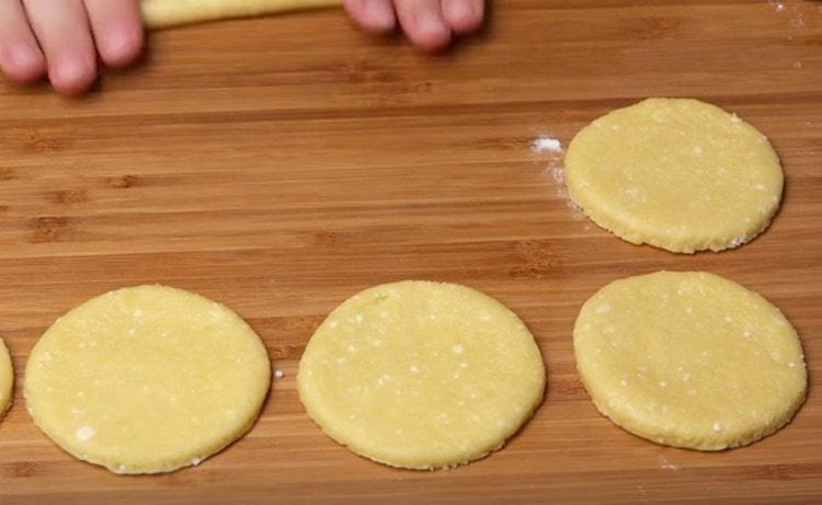 Раскатываем тесто и вырезаем из него кружочки.