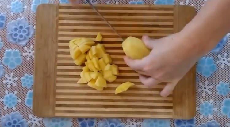 Нарезаем картошку кусочками.