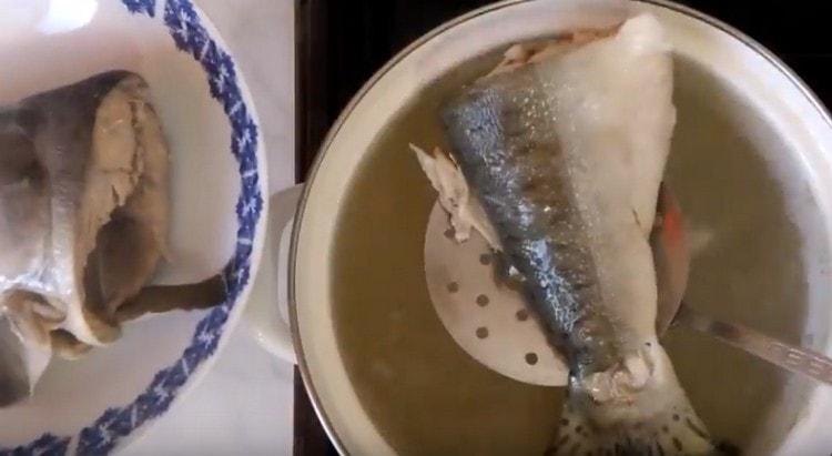 Из готового бульона вынимаем рыбьи голов и хвост, процеживаем его.