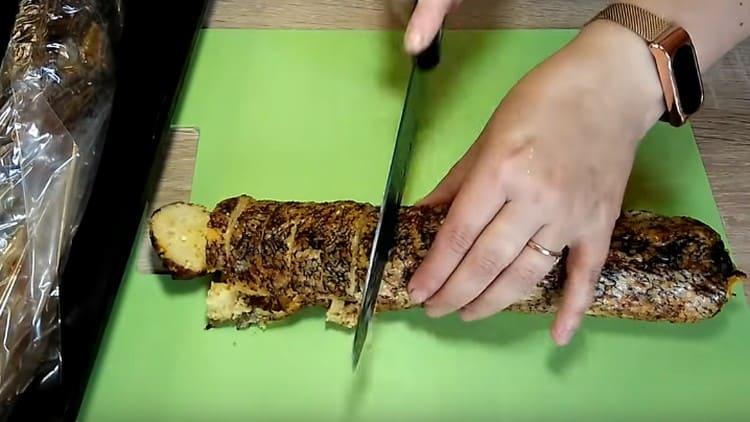 Готовую рыбу студим и нарезаем на порционные кусочки.