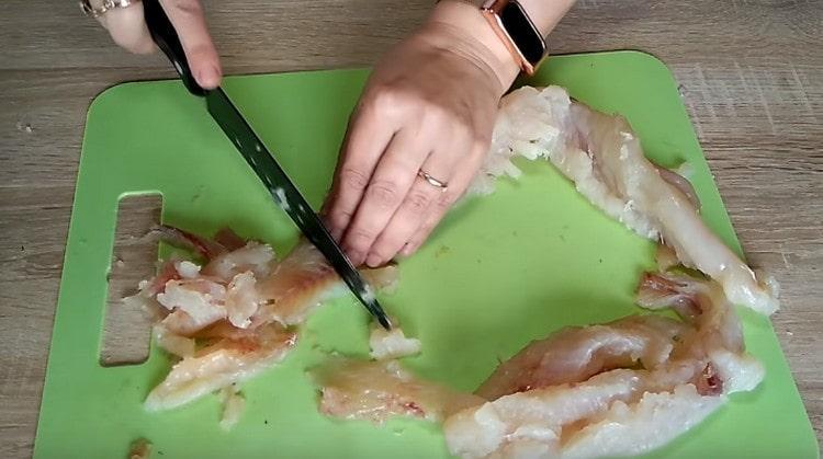 Филируем щуку и нарезаем филе на куски.