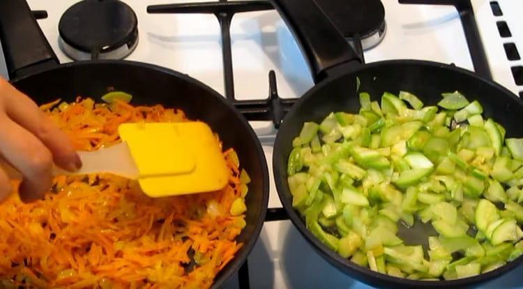 На отдельных сковородках слегка обжариваем кабачок и морковь с луком.