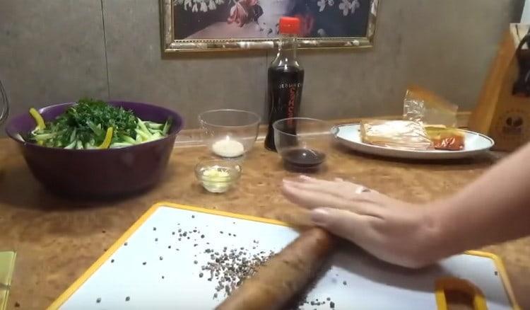 Измельчаем кориандр и переправляем к блюду.