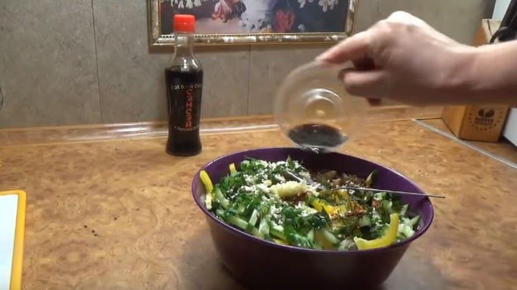 Добавляем измельченный чеснок, семена кунжута, заправляем все соевым соусом.