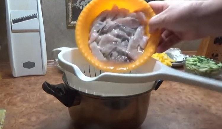 Откидываем рыбу на дуршлаг, а затем перекладываем в глубокую миску.