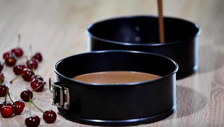 Жидкое шоколадное тесто переливаем в две разъемные формы.