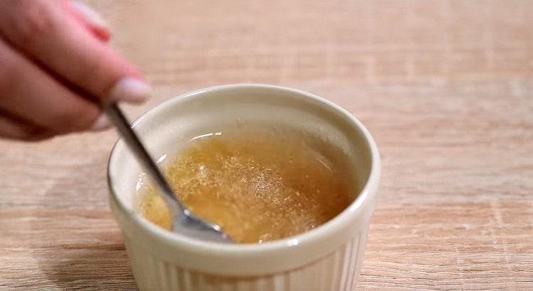 растворяем в горячей воде желатин.