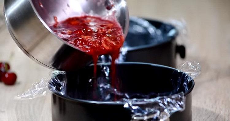 Полученную вишневую массу переливаем в застеленные пищевой пленкой формы и ставим в холодильник.