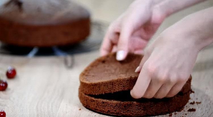 Каждый бисквит разрезаем пополам.