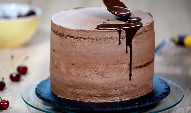 Ганашем делаем шоколадные потеки по бокам торта.