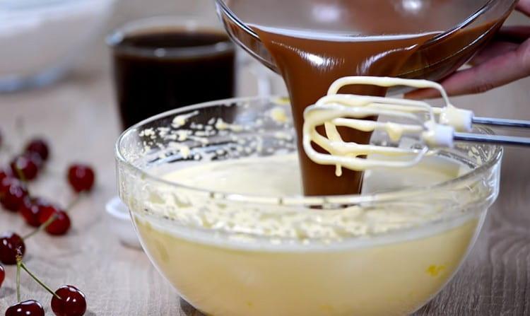 Во взбитые яйца водим шоколадную смесь.