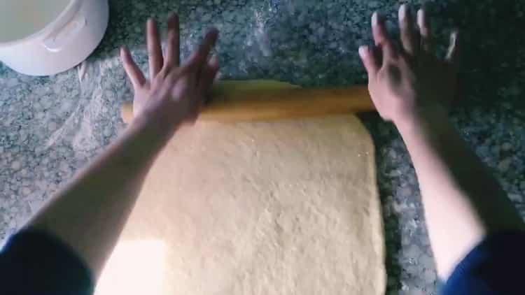 Для приготовления берлинского печенья раскатайте тесто