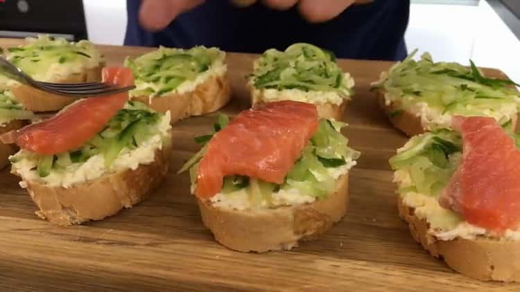 Для приготовления бутербродов с красной рыбой соберите все ингредиенты на багете