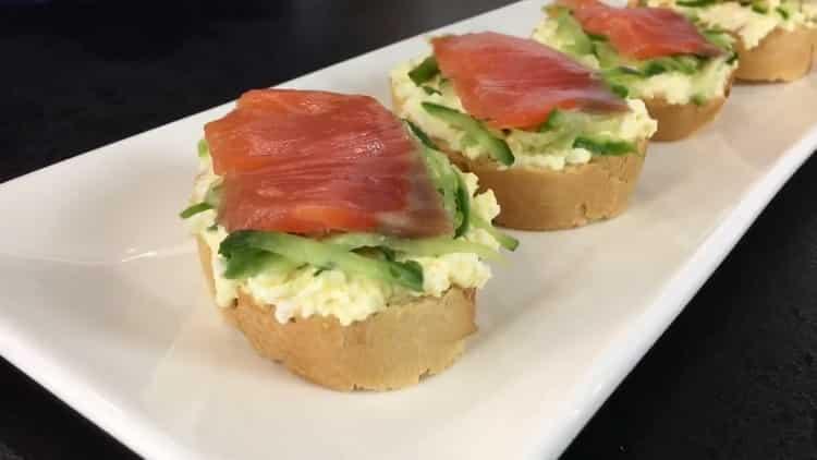 бутерброды с красной рыбой готовы
