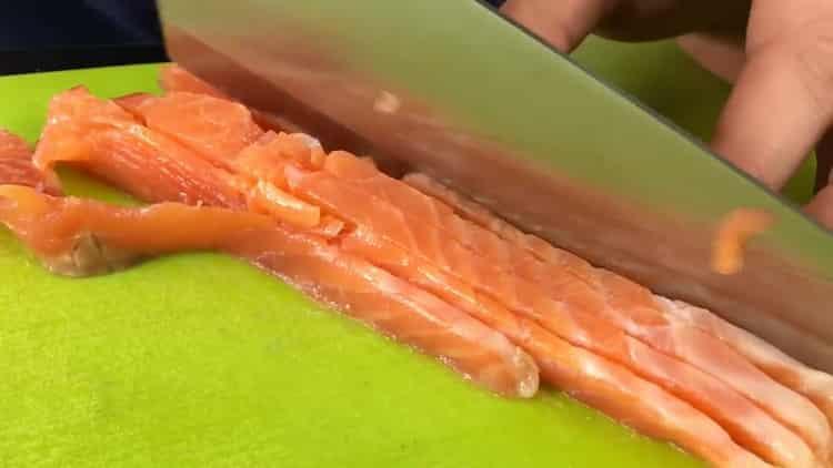 Для приготовления бутербродов с красной рыбой нарежьте ингредиенты