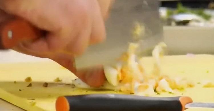 Для приготовления соуса к жареной рыбы нарежьте яйца