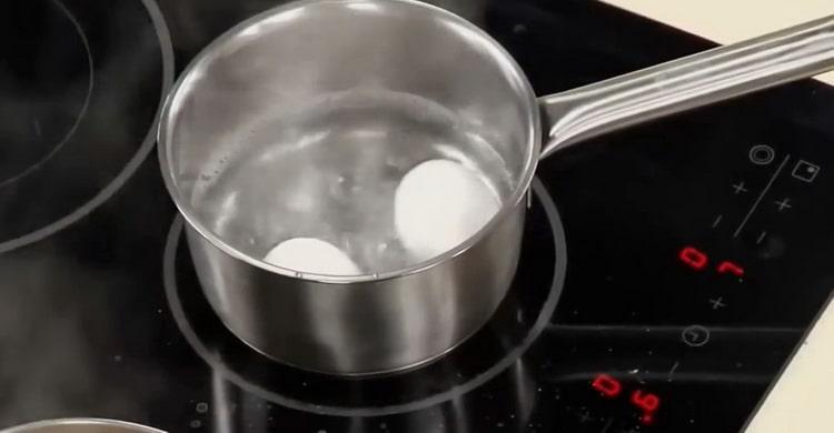 Для приготовления соуса к жареной рыбы отварите яйца