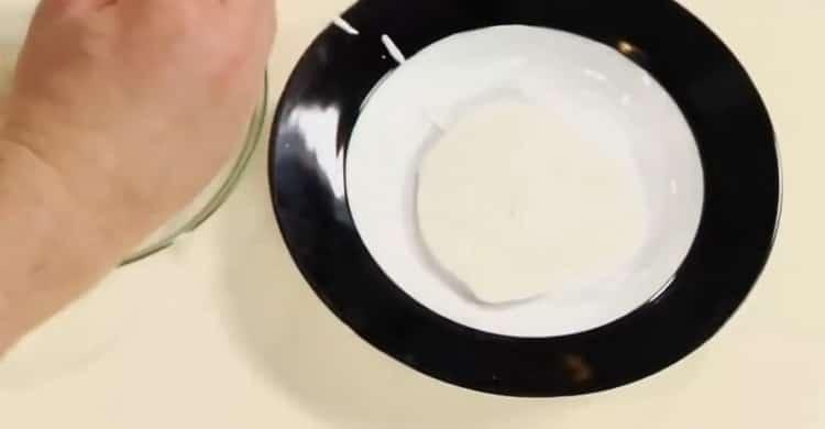 Для приготовления соуса к жареной рыбы подготовьте сметану