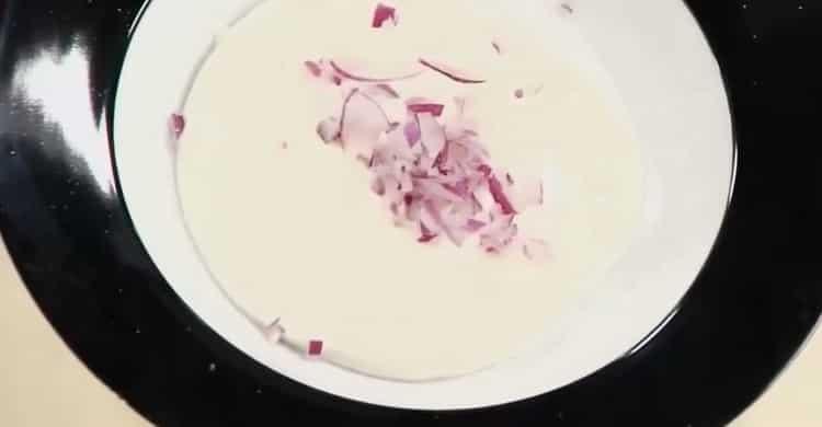 Для приготовления соуса к жареной рыбы нарежьте лук