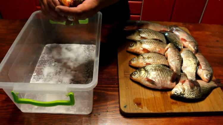 Для приготовления вяленой рыбы, подготовьте посуду