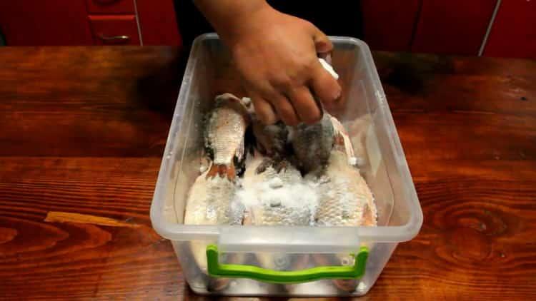 Для приготовления вяленой рыбы, подготовьте соль