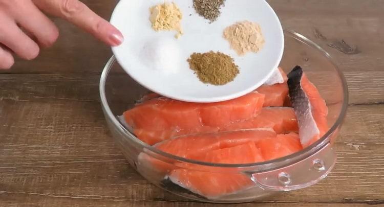 По рецепту для приготовления рыбы,приготовьте специи