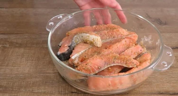 По рецепту для приготовления рыбы, замаринуйте рыбу