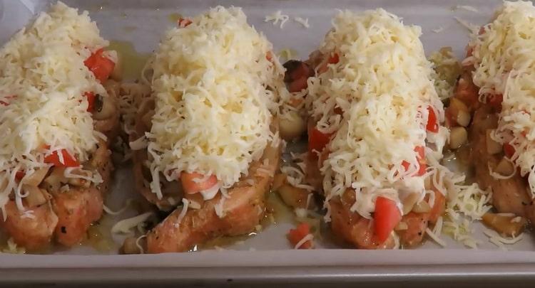 По рецепту для приготовления рыбы, натрите сыр