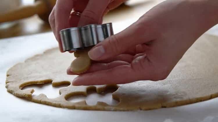 Для приготовления имбирного печенья выдавите тесто формой