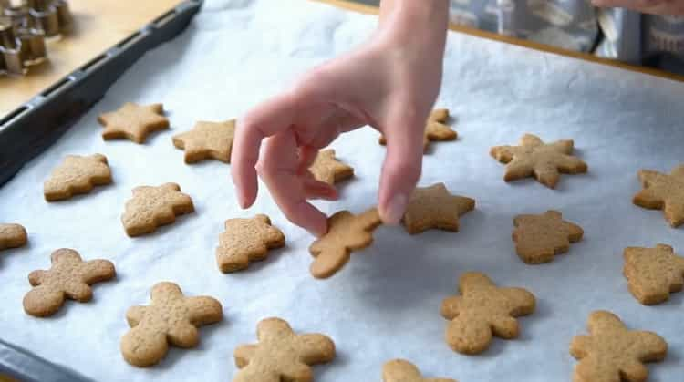 Для приготовления имбирного печенья разогрейте духовку