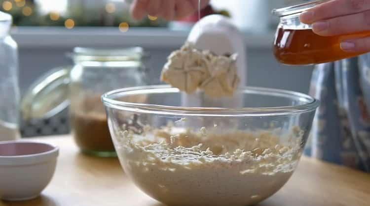 Для приготовления имбирного печенья добавьте мед