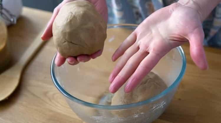 Для приготовления имбирного печенья приготовьте тесто