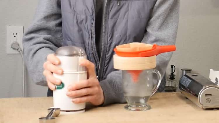 Измельчите зерна для приготовления напитка