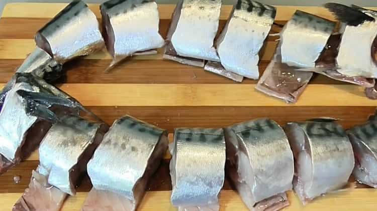 Для приготовления консервированной рыбы в домашних условиях. нарежьте ингредиенты