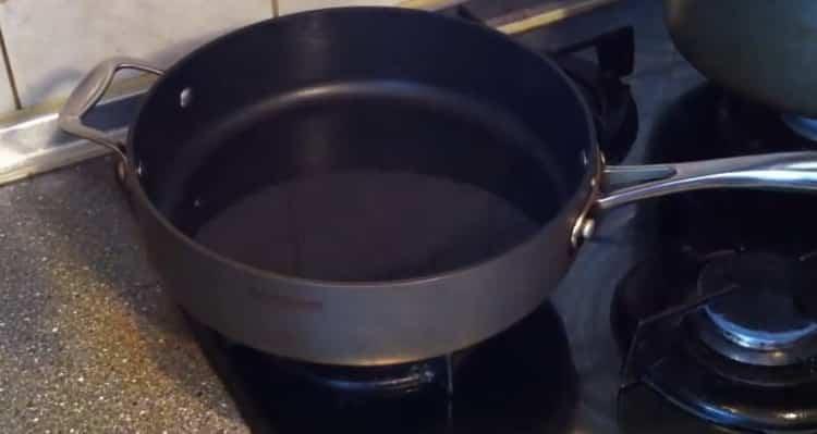 Для приготовления котлет из рыбы, разогрейте сковородку