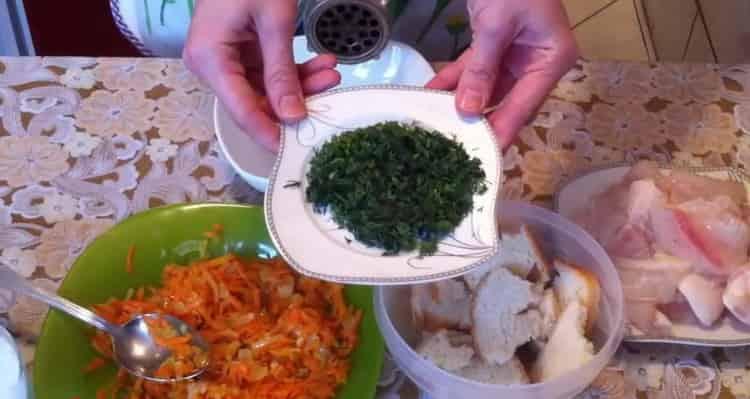 Для приготовления котлет из рыбы, нарежьте зелень