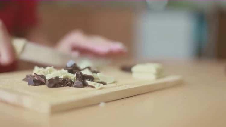 Для приготовления кофе с корицей подготовьте шоколад
