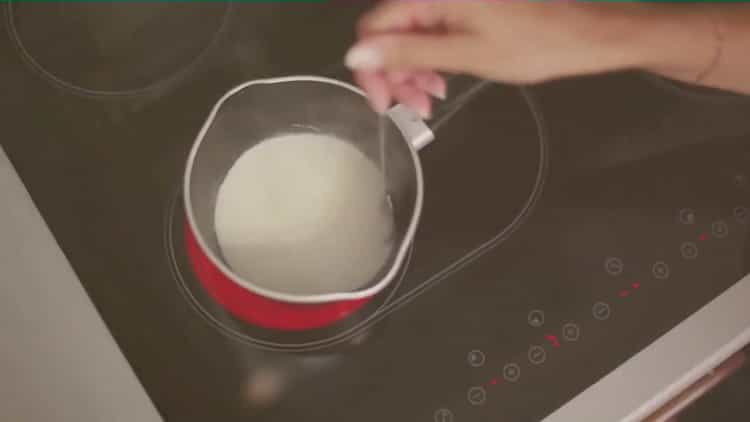 Для приготовления кофе с корицей накипятите молоко