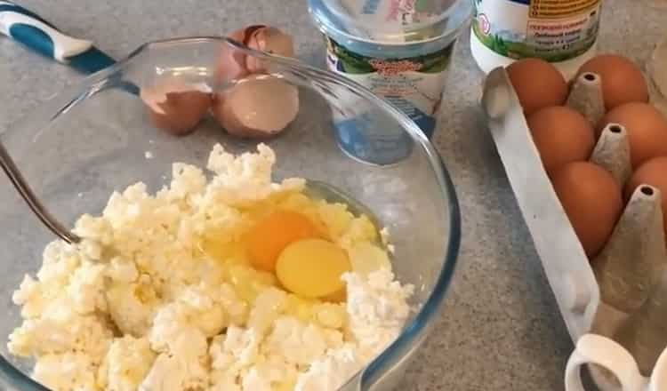 Для приготовления кукурузного хинкала, смешайте яйца и творог