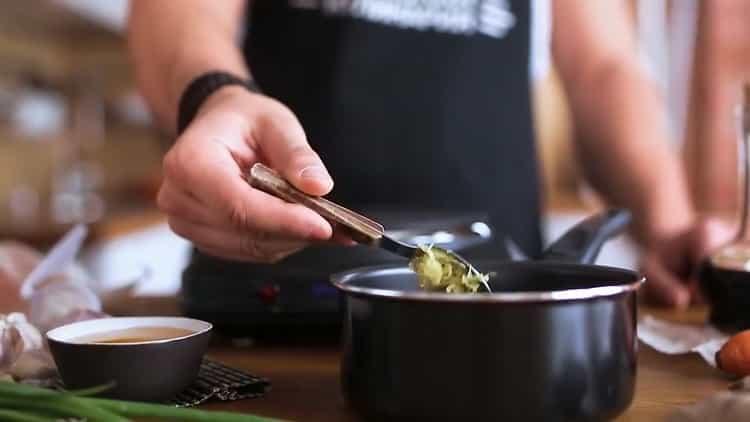Для приготовления лапши удон, приготовьте ингредиенты для соуса