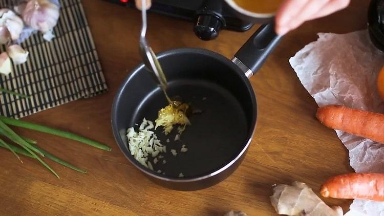 Для приготовления лапши удон, соедините ингредиенты для соуса