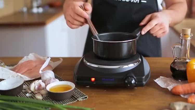 Для приготовления лапши удон, смешайте ингредиенты для соуса