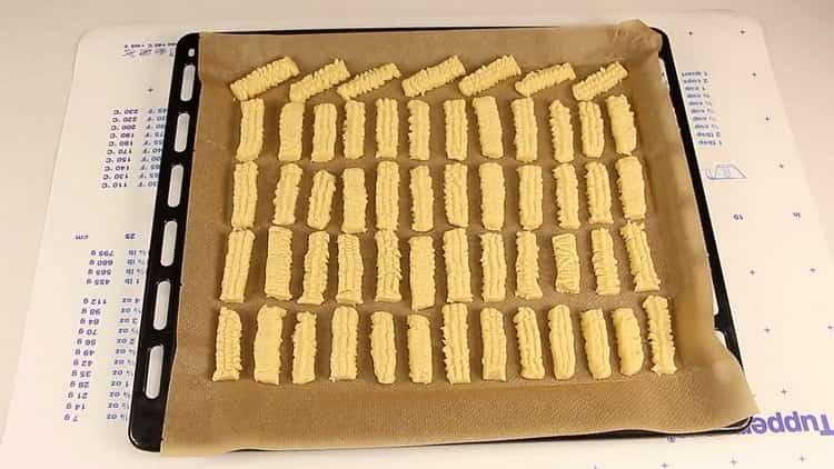 Чтобы приготовить песочное печенье через мясорубку разогрейте духовку