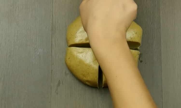 Для приготовления печенья имбирного с корицей разрежьте тесто